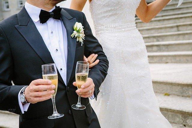 שוברים את הכוס בחתונה יהודית